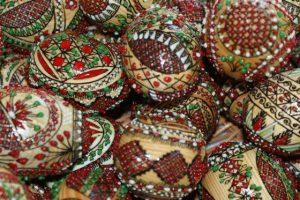 Oua-din-lemn-incondeiate-cu-ceara-in-releif Bucovina